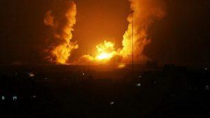 صورة للتوضيح: كرة نار تظهر بعد غارة جوية إسرائيلية في رفح، جنوب غزة، 1 يوليو، 2014. (AFP/Said Khatib)