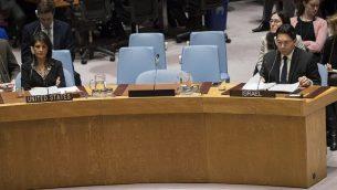 سفيرة الولايات المتحدة لدى الامم المتحدة نيكي هالي وسفير اسرائيل لدى الامم المتحدة داني دانون في اجتماع لمجلس الامن الدولي في 18 كانون الاول / ديسمبر 2017 في مدينة نيويورك. (Drew Angerer/Getty Images/AFP)