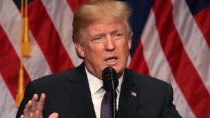 الرئيس الأمريكي دونالد ترامب يلقي بخطاب في مبنى 'رونالد ريغان' في 18 ديسمبر، 2017، في العاصمة واشنطن. (Mark Wilson/Getty Images/AFP)