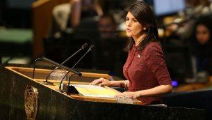 السفيرة الأمريكية لدى الأمم المتحدة نيكي هيلي تتحدث في قاعة الجمعية العامة في 21 ديسمبر، 2017 في مقر الأمم المتحدة في نيويورك. (Spencer Platt/Getty Images/AFP)