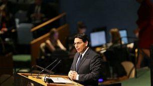 سفير إسرائيل لدى الأمم المتحدة داني دنون يتحدث أمام قاعة الجمعية العامة للأمم المتحدة، 21 ديسمبر، 2017، في مدينة نيويورك. ( Spencer Platt/Getty Images/AFP)