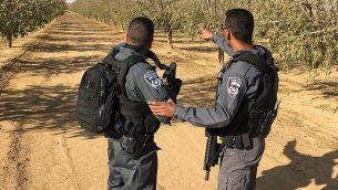 الشرطة تبحث عن مهاجم طعن جنديا حتى الموت في مدينة عراد الجنوبية، 1 ديسمبر 2017. (Israel Police)