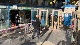 تعرض حارس أمن للطعن خارج محطة الحافلات المركزية في القدس، 10 ديسمبر، 2017. (United Hatzalah)