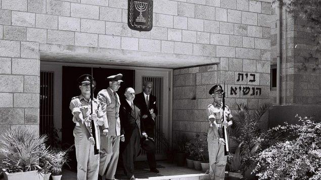 سفير غواتيمالا الجديد انذاك لدى إسرائيل الدكتور خوان غارسيا غرانادوس يترك مسكن الرئيس في القدس بعد تقديم أوراق اعتماده، يوليو 1955. (Moshe Pridan/GPO)