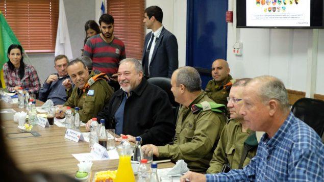 وزير الدفاع افيغادور ليبرمان يتحدث مع قادة عسكريين ورؤساء مجالس محلية حول الاوضاع في غزة، في مقر شعبة غزة في الجيش الإسرائيلي، 19 ديسمبر 2017 (Judah Ari Gross/Times of Israel)