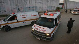 صورة توضيحية لسيارات اسعاف في قطاع غزة امام معبر رفح الحدودي، 10 يونيو 2008 (Abed Rahim Khatib/ FLASH90)
