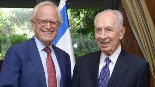 الرئيس شمعون بيرس يلتقي بالمبعوث الامريكي الخاص للمفاوضات الإسرائيلية الفلسطينية، السفير الامريكي السابق الى اسرائيل مارتين اندايك، في القدس، 11 اغسطس 2013 (Mark Neyman/GPO/FLASH90)