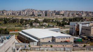 منطقة عطاروت الصناعية، مع كفر عقب الفلسطينية في الخلفية (Miriam Alster/Flash90)