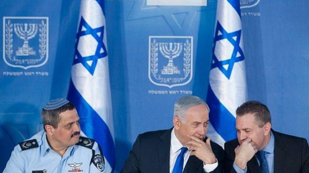 المفوض العام للشرطة روني الشيخ (من اليسار)، ورئيس الوزراء بينيامين نتنياهو (وسط الصورة)، ووزير الأمن العام غلعاد إردان في مراسم استقبال عُقدت في مكتب نتنياهو في القدس، 3 ديسمبر، 2015. (Miriam Alster/FLASH90)