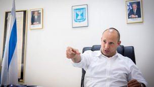 وزير التعليم الإسرائيلي نفتالي بينيت خلال مقابلة أجريت معه في مكتبه في وزارة التربية والتعليم في تل أبيب يوم 28 أغسطس / آب 2016. (Miriam Alster/FLASH9)