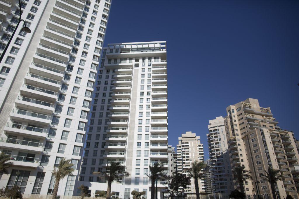 منظر لمباني جديدة يجري بناؤها في مدينة نتانيا الساحلية في سبتمبر 07، 2016. (Flash90)