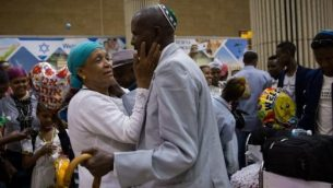 تعانق أفراد أسرة في مطار بن غوريون مع وصول 72 مهاجرا جديدا من إثيوبيا في 6 يونيو 2017. (Miriam Alster/Flash90)