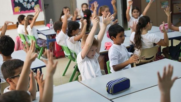 صورة للتوضيح: أطفال طلاب الصف الأول في يومهم الدراسي الأول في المدرسة. (Hadas Parush/Flash90)