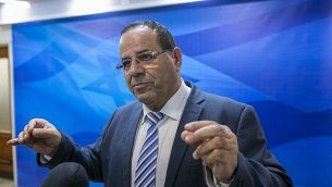 وزير الاتصالات أيوب قرا  يتحدث مع الصحافيين قبل الاجتماع الأسبوعي للمجلس الوزاري في مكتب رئيس الوزراء في القدس، 12 نوفمبر، 2017. (Olivier Fitoussi/Pool/Flash90)