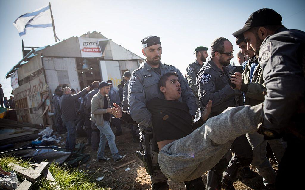 القوات الإسرائيلية تخلي مستوطنين إسرائيليين من بؤرة نتيف هأفوت الاستيطانية غير القانونية في الضفة الغربية، 29 نوفمبر، 2017. (Hadas Parush/Flash90)