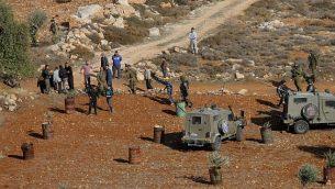 اشتبك فلسطينيون مع قوات الأمن الإسرائيلية في أعقاب أعمال شغب بين الفلسطينيين ومجموعة من المستوطنين المسافرين في شمال الضفة الغربية، في 30 نوفمبر / تشرين الثاني 2017. (Nasser Ishtayeh/Flash90)
