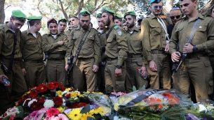 المئات يشاركون في جنازة الجندي رون كوكيا (19 عاما) في المقبرة العسكرية 'كريات شاؤول'، 3 ديسمبر، 2017. (Miriam Alster/Flash90)