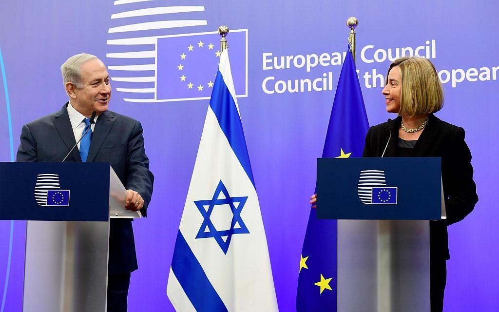 رئيس الوزراء بينيامين نتنياهو  (من اليسار) يعقد مؤتمرا صحفيا مشتركا مع وزيرة خارجية الإتحاد الأوروبي، فيديريكا موغيريني، في العاصمة البلجيكية بروكسل، 11 أكتوبر، 2017. (Avi Ohayon/GPO)