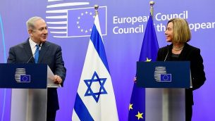 وزيرة خارجية الإتحاد الأوروبي فيديريكا موغيريني، من اليمين، ورئيس الوزراء بينيامين نتنياهو، خلال مؤتمر صحفي مشترك في بنى مجلس الإتحاد الأوروبي في بروكسل، الإثنين، 11 أوكتوبر، 2017. (Avi Ohayon/GPO)
