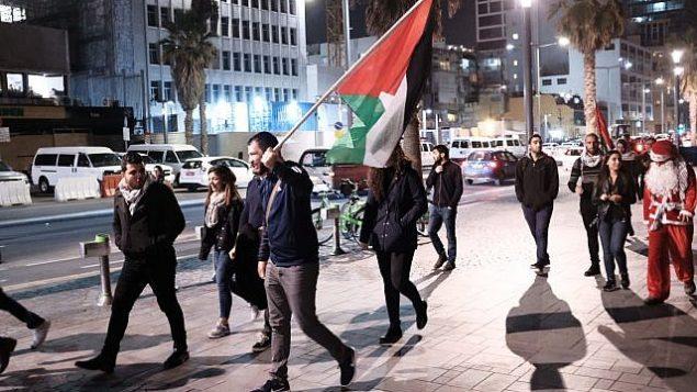 عرب من مواطني إسرائيل يشاركون في تظاهرة من أمام مبنى السفارة الأمريكية في تل أبيب احتجاجا على قرار الرئيس الأمريكي دونالد ترامب الإعتراف بالقدس عاصمة لإسرائيل، 12 ديسمبر، 2017. (Tomer Neuberg/Flash90)