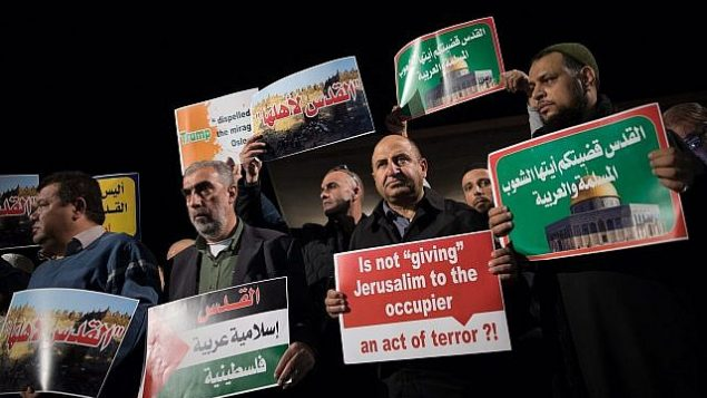 عرب من مواطني إسرائيل يشاركون في تظاهرة من أمام مبنى السفارة الأمريكية في تل أبيب احتجاجا على قرار الرئيس الأمريكي دونالد ترامب الإعتراف بالقدس عاصمة لإسرائيل، 12 ديسمبر، 2017. (Yonatan Sindel/Flash90)