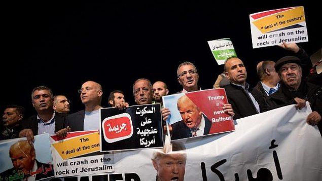 عرب من مواطني إسرائيل يشاركون في تظاهرة من أمام مبنى السفارة الأمريكية في تل أبيب احتجاجا على قرار الرئيس الأمريكي دونالد ترامب الإعتراف بالقدس عاصمة لإسرائيل، 12 ديسمبر، 2017.  (AFP Photo/Jack Guez)