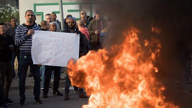 موظفون في شركة 'طيفع' يتظاهرون ضد خطة الشركة تسريح مئات الموظفين، خارج مبنى الشركة في القدس، 14 ديسمبر، 2017. (Yonatan Sindel/Flash90)