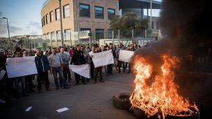 موظفون في شركة 'طيفع' يتظاهرون ضد خطة الشركة تسريح مئات الموظفين، من أمام مبنى الشركة في القدس، 14 ديسمبر، 2017. (Yonatan Sindel/Flash90)