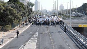 عمال شركة تيفا الإسرائيلية للادوية يتطاهرون في بيتاح تيكفا ضد خطة الشرطة الغاء الاف الوظائف، 17 ديسمبر 2017 (Tomer Neuberg/Flash90)