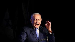 رئيس الوزراء بينيامين نتنياهو يتحدث خلال تجمع لمؤيديه، في تل أبيب، 19 ديسمبر، 2017. (Flash90)