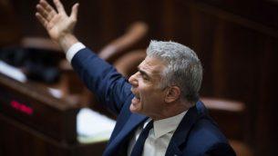 عضو الكنيست يئير لبيد خلال جلسة ماراثونية في البرلمان الإسرائيلية حول قانون توصيات الشرطة، 27 ديسمبر 2017 (Hadas Parush/Flash90)