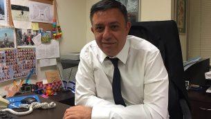رئيس حزب العمل آفي غاباي، في مكتبه في الكنيست في 25 ديسمبر 2017. (Times of Israel staff)