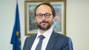 سفير الاتحاد الأوروبي لدى إسرائيل إيمانويل غيوفريه في مكتبه رامات غان. (Ariel Zandberg)