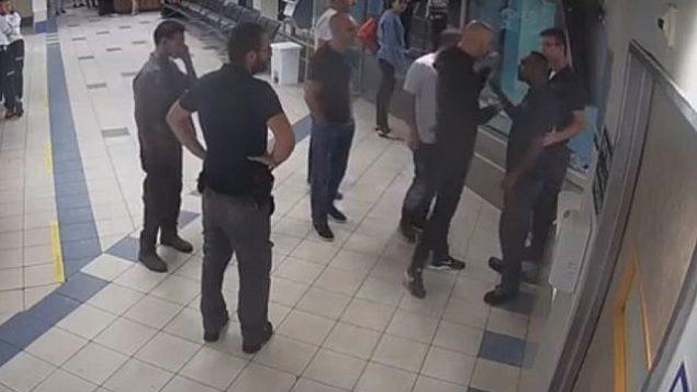 لقطة شاشة من فيديو لمجموعة من الرجال يواجهون حراس أمن في غرفة الطوارئ في مستشفى إخيلوف، تل أبيب، 27 سبتمبر 2017.(YouTube/Times of Israel)