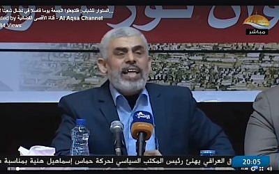 رئيس حركة حماس يحيى سينوار يخاطب أتباعه في قطاع غزة في خطاب تلفزيوني، 21 ديسمبر / كانون الأول 2017. (Screen capture: Al-Aqsa Television)