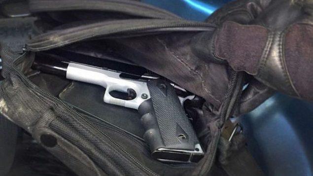 قوات الأمن الإسرائيلية تعثر على مسدس يُزعم أنه كان سيُستخدم لخطف إسرائيلي في عملية اختطاف لحركة حماس، أحبطها جهاز الأمن العام (الشاباك)، أكتوبر، 2017. (Shin Bet)