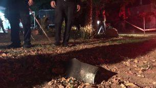 عناصر الشرطة يعثرون على صاروخ اطلق من قطاع غزة وسقط في جنوب اسرائيل، 17 ديسمبر 2017 (Israel Police)