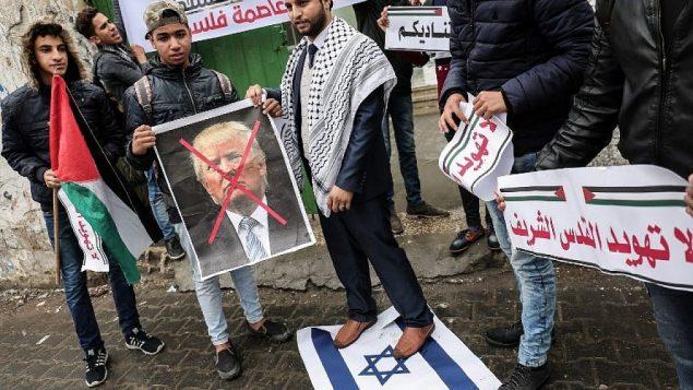 فلسطينيون يستعدون لحرق صورة الرئيس الامريكي في مدينة غزة في 6 ديسمبر 2017 قبيل خطاب الرئيس الأمريكي دونالد ترامب AFP PHOTO / SAID KHATIB