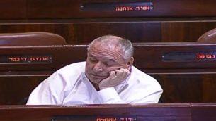عضو الكنيست دافيد امسلم خلال جلسة الساعة 4 صباحا في الكنيست حول مشروع قانون توصيات الشرطة (Screen capture: Knesset Channel)