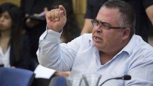 عضو الكنيست دافيد بيتان يوبخ عائلات ثكلى خلال جلسة للجنة رقابة الدولة في الكنيست حول حزب إسرائيل ضد حماس في غزة في عام 2014، 19 أبريل، 2017. (Hadas Parush/Flash90)