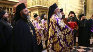 كهنة روم اورثوذكس خلال ثلاة الفصح في كنيسة القيامة في القدس (Shmuel Bar-Am)