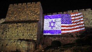 العلم الأميركي مع العلم الإسرائيلي على جدران المدينة القديمة في القدس، 6 ديسمبر 2017  Ahmad Gharabli/AFP