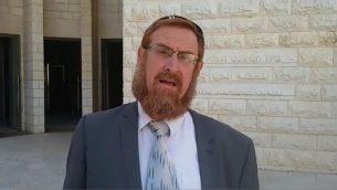 عضو الكنيست يهودا غليك امام المحكمة العليا في القدس، بعد تقديمه التماس للسماح للمشرعين زيارة الحرم القدسي (Raoul Wootliff/Times of Israel)