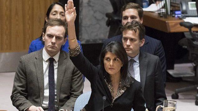 السفيرة الأمريكية لدى الأمم المتحدة نيكي هيلي تصوت ضد مشروع قرار في مجلس الأمن حول القدس، 18 ديسمبر، 2017. (Eskinder Debebe/UN)