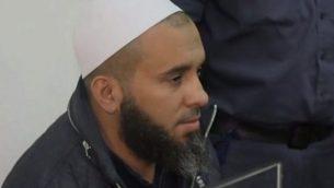 حسام جاروشي، المشتبه به بالضلوع في ملف فساد عضو الكنيست دافيد بيتان، في المحكمة، 4 ديسمبر، 2017. (screen capture: Hadashot)