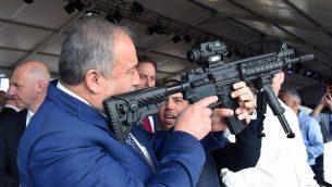 وزير الدفاع افيغادور ليبرمان يفحص بندقية في مصع اسلحة في مدينة سديروت الجنوبية، 14 ديسمبر 2017 (Ariel Hermoni/Defense Ministry)