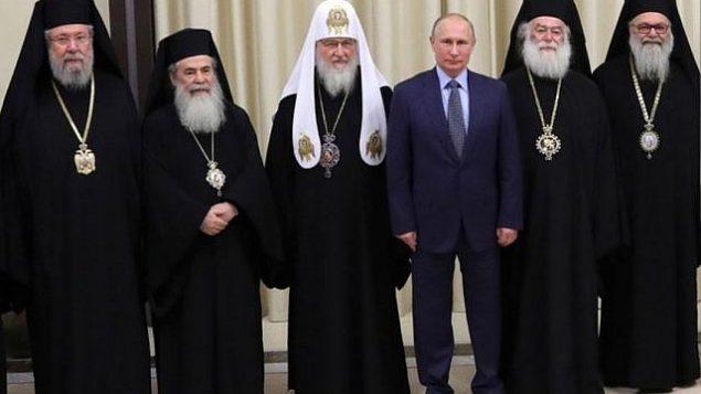 بطريرك القدس ثيوفيلوس الثالث (الثاني من اليسار) في صورة مع رئيس أساقفة قبرص (من اليسار)، وبطريرك موسكو كيريل، والرئيس الروسي فلاديمير بوتين، وبطريرك الأسكندرية وبطريرك أنطاكيا، 5 ديسمبر، 2017. (Courtesy)