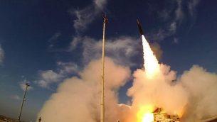 إطلاق صاورخ من طراز 'السهم 3' من قاعدة بلماحيم في وسط إسرائيل، 10 ديسمبر، 2015. (وزارة الدفاع)