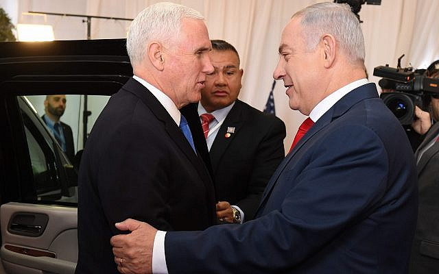 نائب الرئيس الأمريكي مايك بنس ورئيس الوزراء بينيامين نتنياهو في مقر إقامة رئيس الوزراء في القدس، 22 يناير، 2018. (Avi Ohayon/GPO)