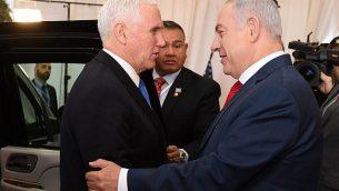 رئيس الوزراء بينيامين نتنياهو، من اليمين، يستقبل نائب الرئيس الأمريكي مايك بنس في القدس، 22 يناير، 2018. (Courtesy/PMO)